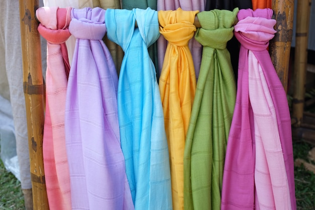 Foulards pashmina colorés sur un marché en plein air