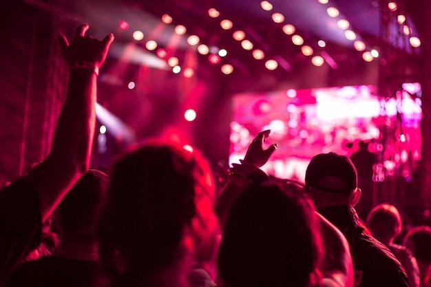 Foule de gens à un festival de rue avec les mains