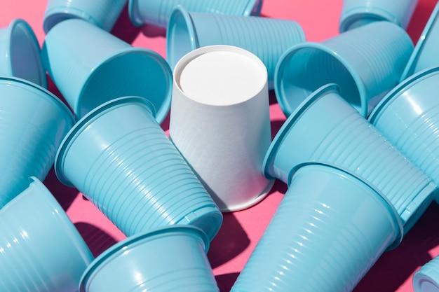 Foule de gobelets en plastique bleu