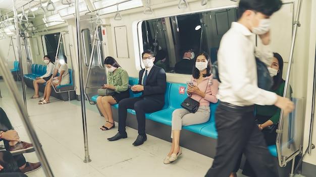 Foule de personnes portant un masque facial sur un voyage en métro public bondé