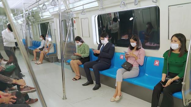 Foule de personnes portant des masques faciaux