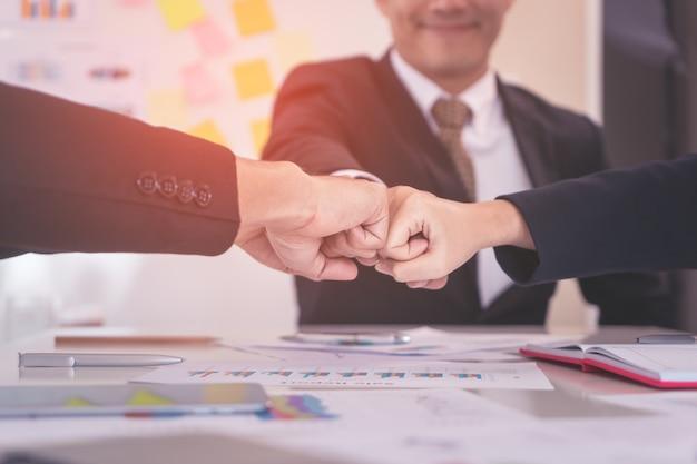 Four fist bosse en réunion d'affaires pour le concept d'équipe