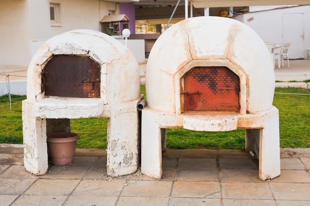 Four à fosse kleftiko traditionnel de grèce et de chypre. cuisine méditerranéenne. agneau grec.