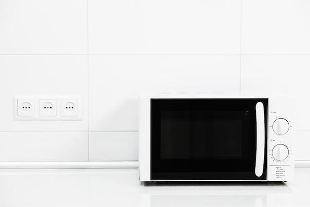 Four à micro-ondes blanc