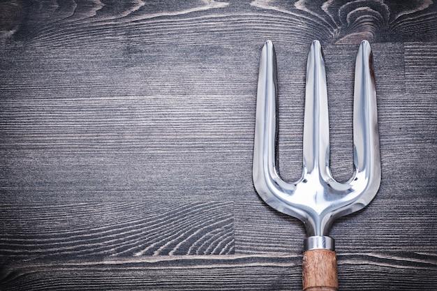 Fourche de truelle de jardinage sur le concept de l'agriculture de planche de bois.