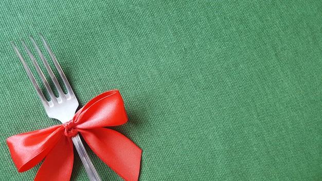 Fourchette avec un arc rouge