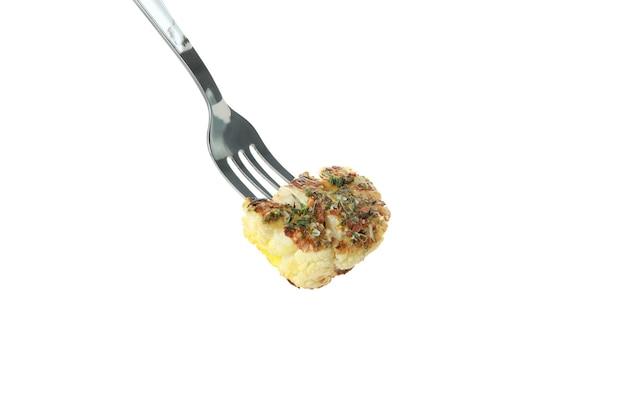 Fourchette avec chou-fleur cuit isolé sur fond blanc.