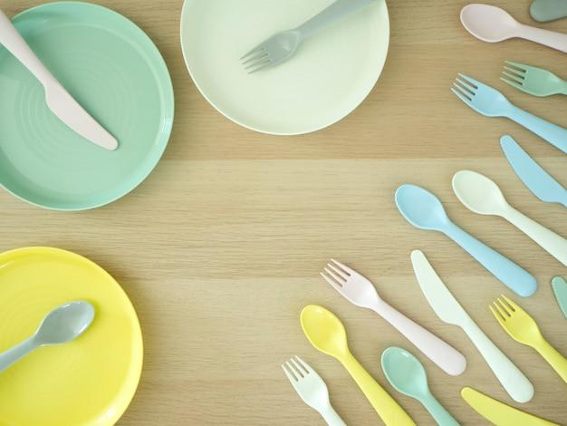 Fourchette couteau cuillère colorée sur bois