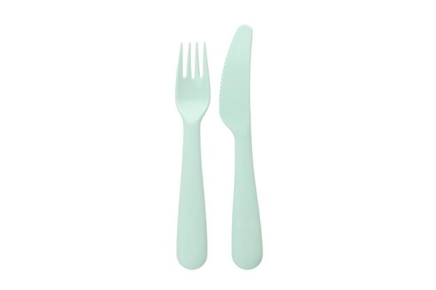 Fourchette et couteau en plastique isolé sur fond blanc