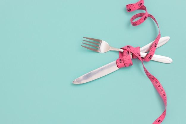 Fourchette, couteau et ruban à mesurer. concept de régime.