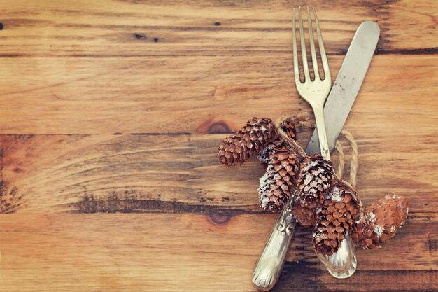 Fourchette et couteau sur une surface en bois marron