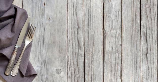 Fourchette et couteau vintage sur la vue de dessus en bois avec espace copie
