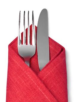 Fourchette et cuillère dans un chiffon rouge isolé sur fond blanc
