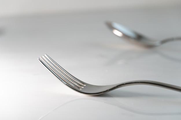 Fourchette et cuillère sur fond de texture de marbre blanc. concept pour la vaisselle et la table à manger