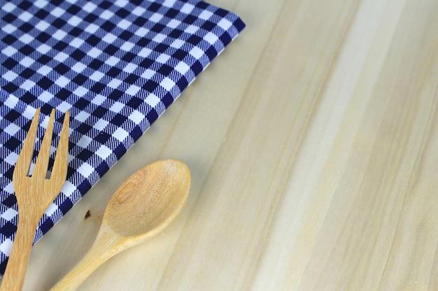 Fourchette et cuillère sur la nappe pour servir des plats