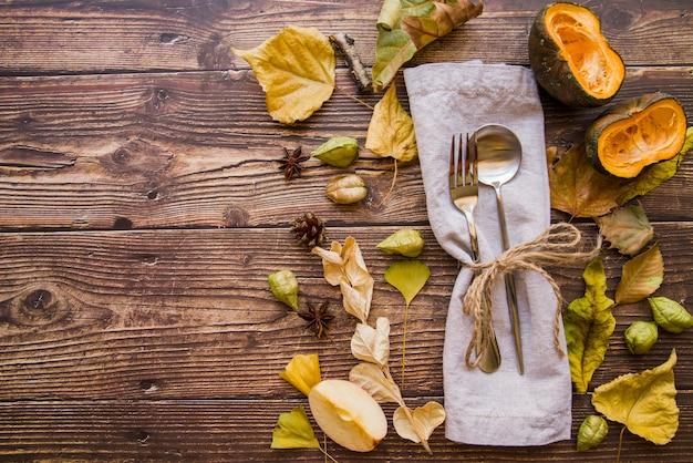 Fourchette et cuillère sur une serviette grise
