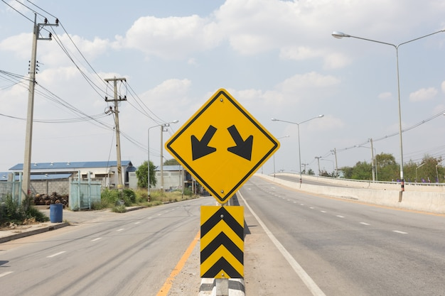 Fourchette dans le panneau de signalisation