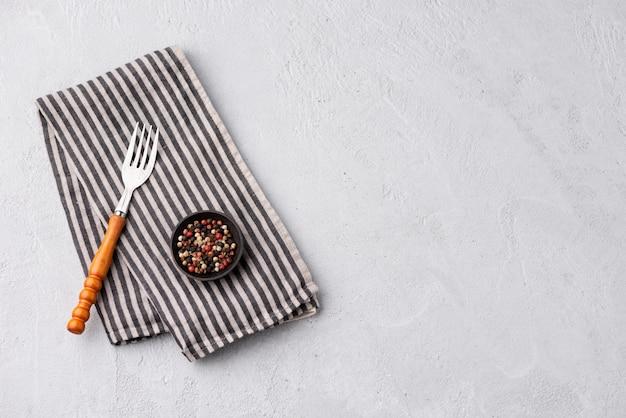 Fourchette espace avec nourriture au poivre