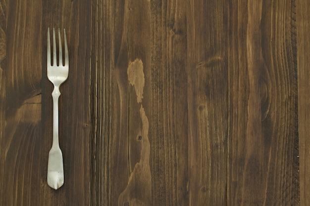 Fourchette sur table en bois marron