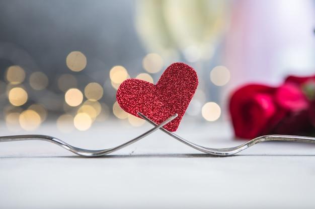 Des fourchettes et un coeur. menu de vacances pour la saint-valentin.