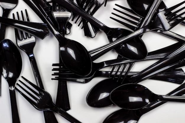Fourchettes et cuillères sur fond blanc. concept minimal. sans plastique.