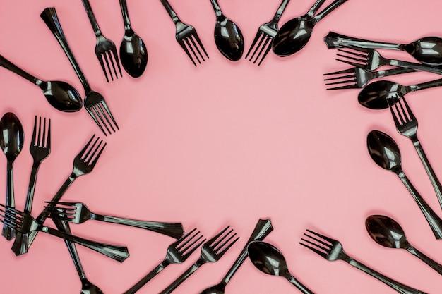 Fourchettes et cuillères sur fond rose. concept minimal. sans plastique.