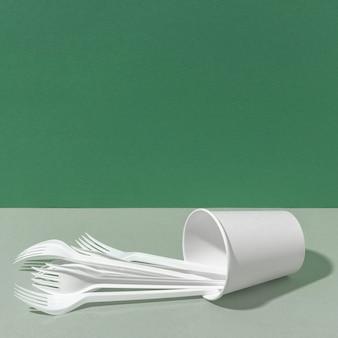 Fourchettes en plastique et gobelet en papier