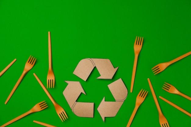 Fourchettes de vaisselle jetables zéro déchet sur vert
