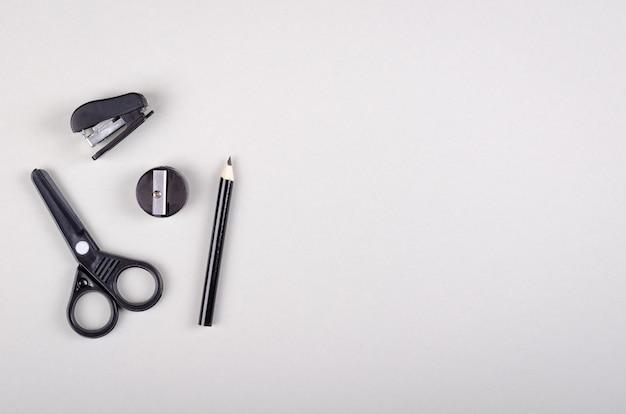 Fourniture scolaire sur la composition de fond gris. mise à plat.