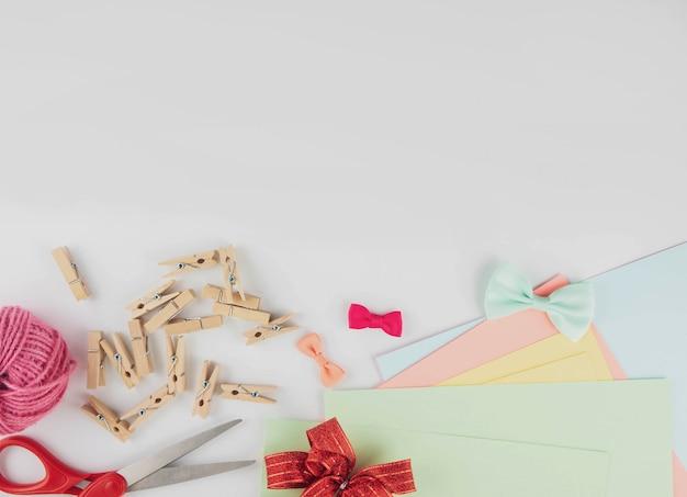 Fournitures d'artisanat créatif plat lapointe sur un bureau blanc avec espace de copie