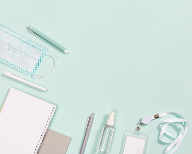 Fournitures de bureau, cahiers, stylos, masque pour se protéger des infections et désinfecter les mains