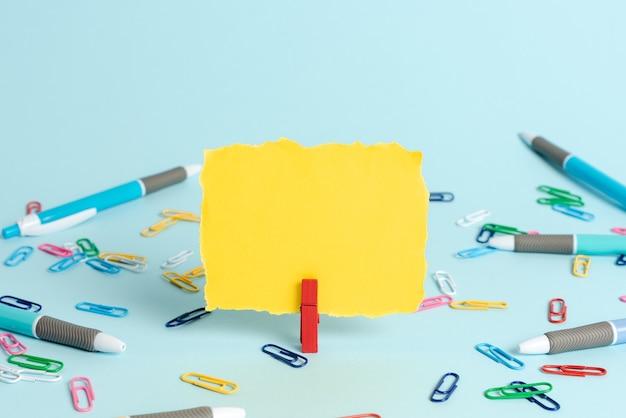 Fournitures de bureau colorées, objets lumineux de lieu de travail, matériel d'atelier, idées de systèmes de classement de travail, objet d'étiquetage, matériel de papier, collections de papeterie, stylo à bille