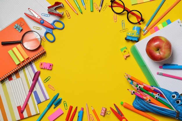 Fournitures de bureau et étudiants colorées sur jaune