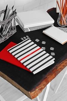 Fournitures de bureau sur un gros plan de table