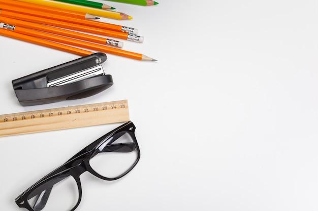 Fournitures de bureau avec des lunettes