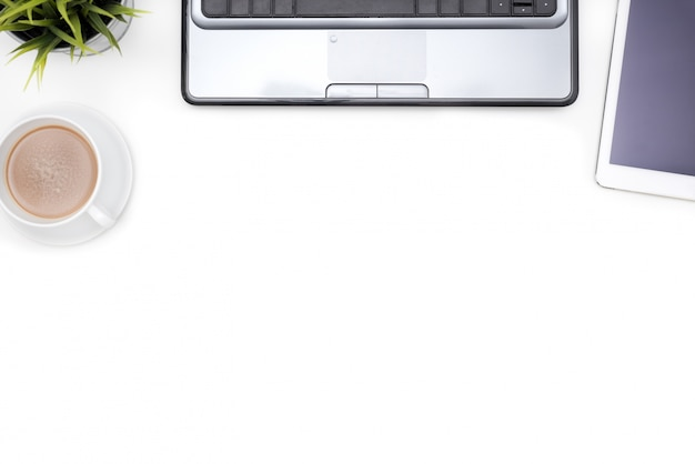 Fournitures de bureau avec ordinateur portable sur ordinateur blanc