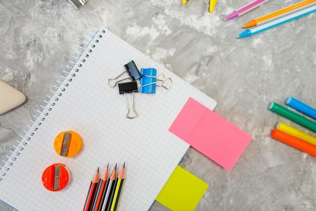 Fournitures de bureau, ordinateur portable sur la table en papeterie, personne. assortiment en boutique, accessoires pour le dessin et l'écriture, matériel scolaire