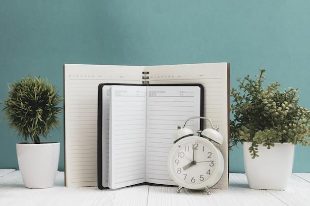 Fournitures de bureau ou outils essentiels pour le travail de bureau