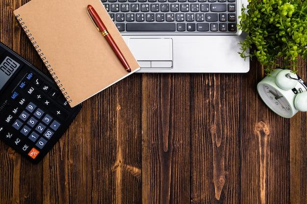 Fournitures de bureau ou outils de travail essentiels ou articles sur bois