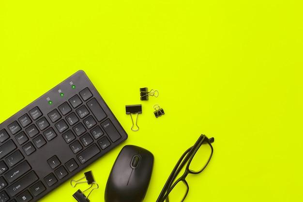 Fournitures de bureau et papeterie sur fond vert
