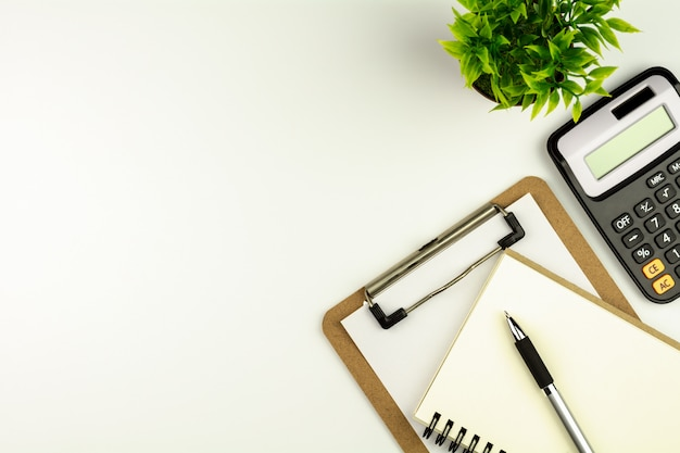 Fournitures de bureau ou papeterie sur une table de bureau blanche dans la matinée.
