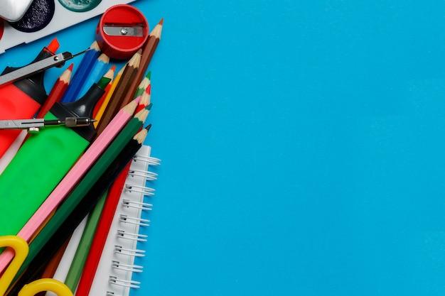 Fournitures de bureau scolaire sur fond bleu