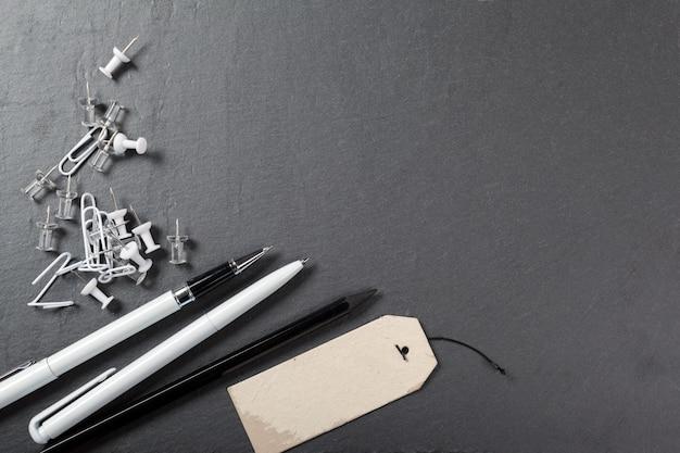 Fournitures de bureau scolaire sur fond noir