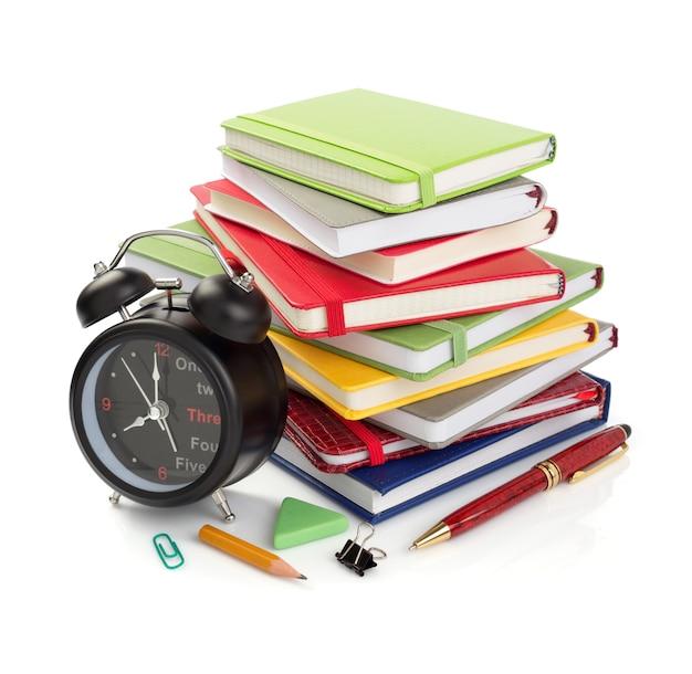 Fournitures de bureau et scolaires isolés sur fond blanc
