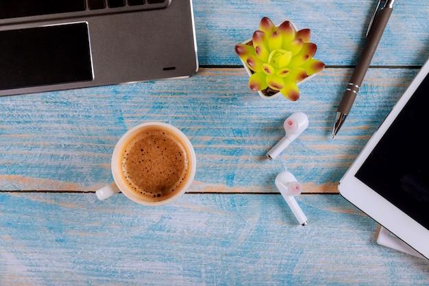 Fournitures de bureau avec tablette numérique et ordinateur portable et tasse de café