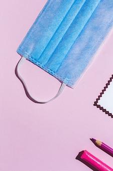 Fournitures, cahiers, crayons de couleur à plat