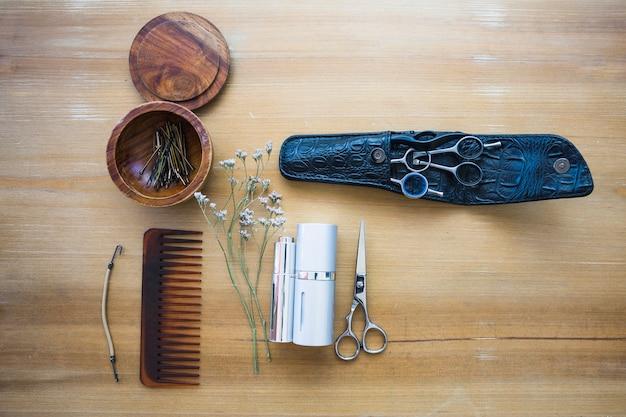 Fournitures de coiffure sur fond en bois