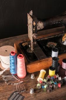Fournitures de couture près de la machine rouillée