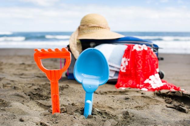 Fournitures d'été sur le sable de la plage