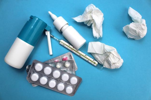 Fournitures médicales pour le traitement de la grippe sur une surface bleue